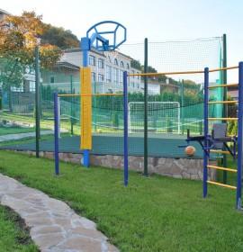 Установлен спортивный комплекс с навесными брусьями на территории частного дома
